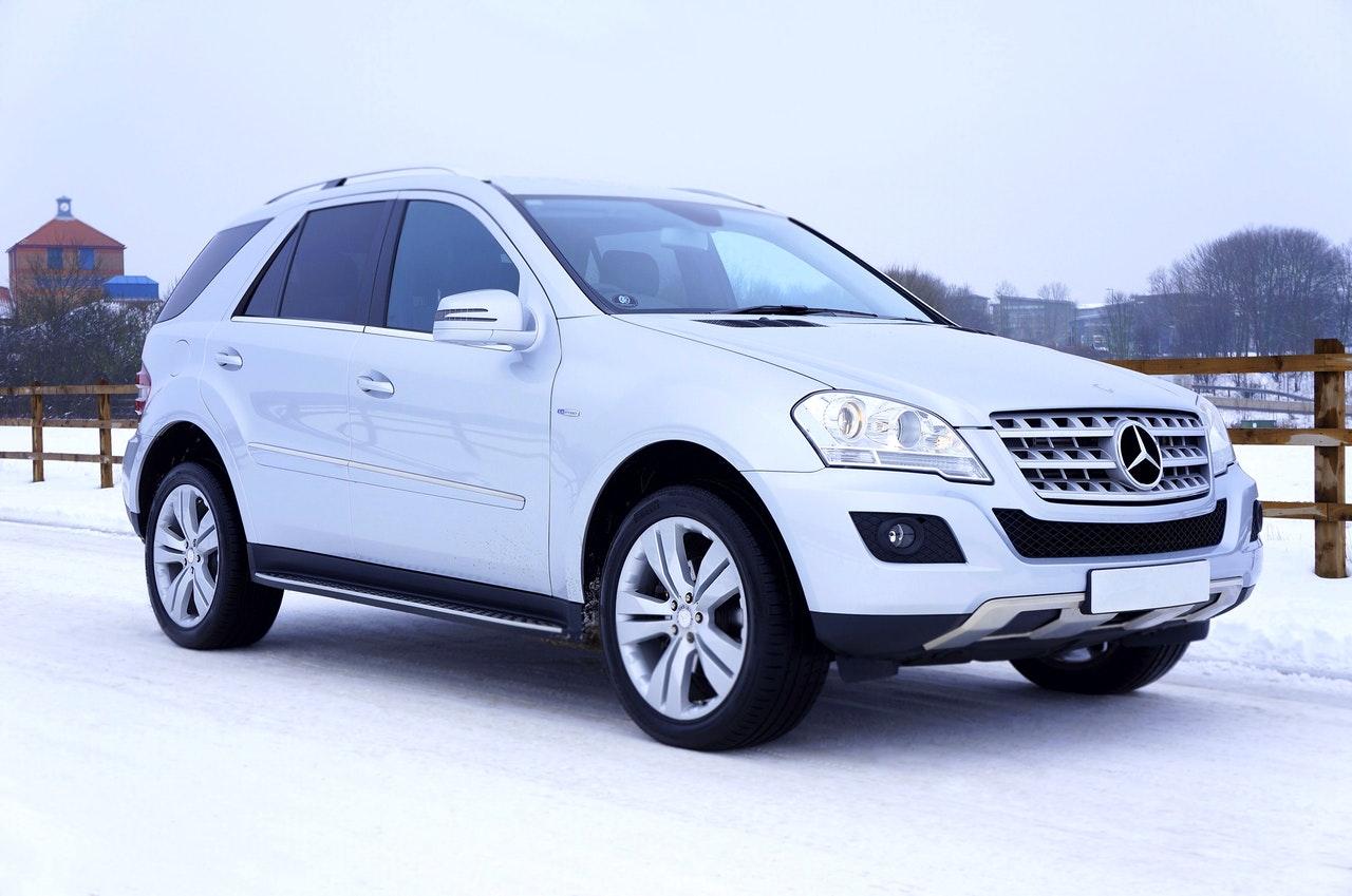 Mercedes SUV i snøen